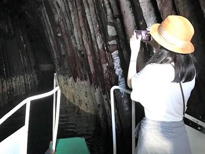 芥屋の大門 遊覧船で洞窟に入る