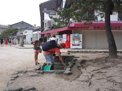 厳島神社の干潮時に大鳥居へ歩く靴