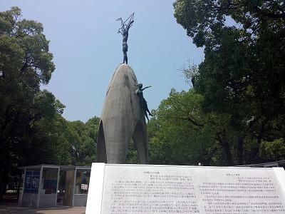原爆の子の像と折り鶴
