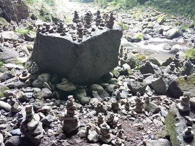 天安河原の石積みとパワースポット
