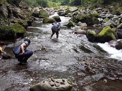天安河原のの川で石拾い