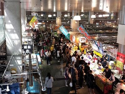 唐戸市場を見ながら食事