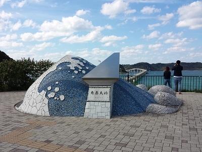 角島大橋の入り口のモニュメント