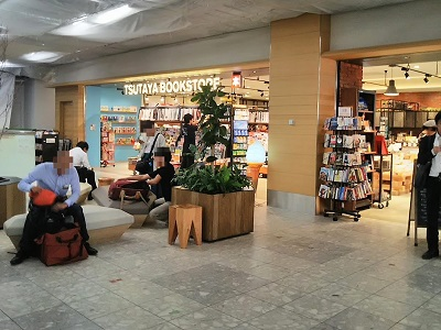 福岡空港のジェットスターのチェックインカウンターは本屋の前