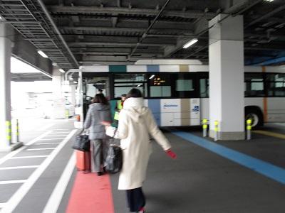 福岡空港のジェットスターは飛行機までバス