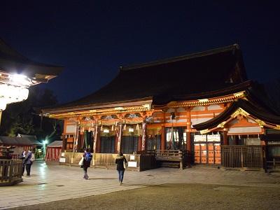 夜の八坂神社の本殿