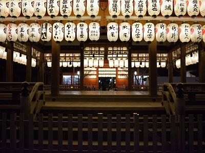 八坂神社の舞殿と南楼門