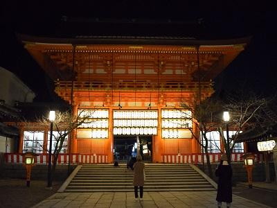 夜の八坂神社の南楼門