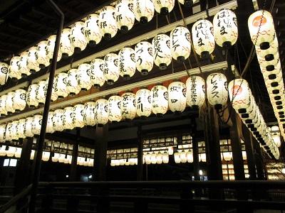 八坂神社の舞殿の提灯