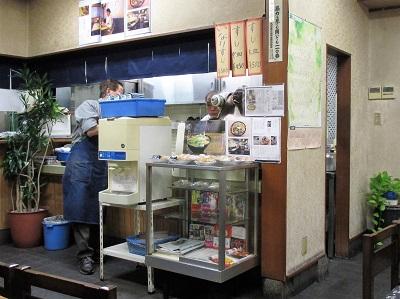 殿田食堂の厨房の前