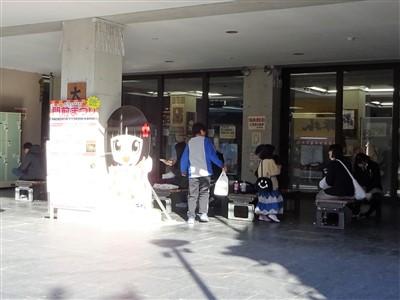 太宰府館の1階のベンチ