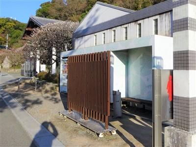 九州国立博物館へのトンネル横の喫煙所とトイレ